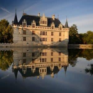 Le château d'Azay-Le-rideau se reflétant dans l'eau