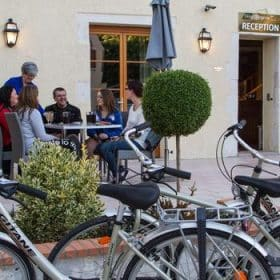 Famille de cyclotouristes sur la terrasse de l'hôtel Burgevin, à Sully-sur-Loire © P.Forget - CRT Centre-Val de Loire